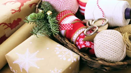 csomagolópapír : Christmas gifts wrapped in brown paper with red ribbons.