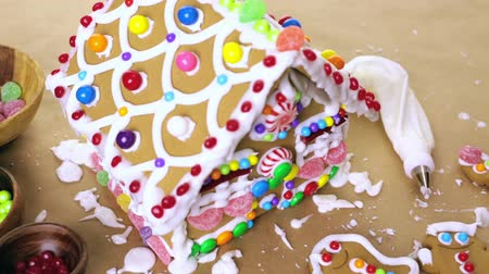 caseiro : Building gingerbread house for Christmas. Vídeos
