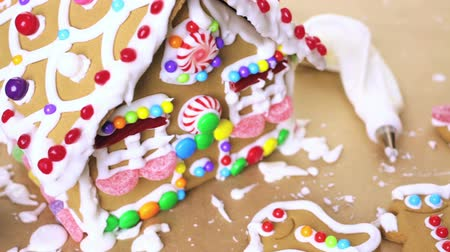 pişmiş : Building gingerbread house for Christmas. Stok Video