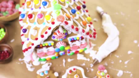 çatı : Building gingerbread house for Christmas. Stok Video