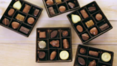 çikolata : Assorted chocolates on wood table.