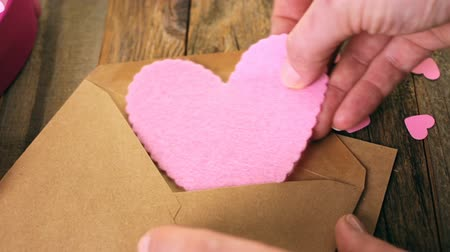 sustentável : Hand crafted Valentines Day card from recycled paper.