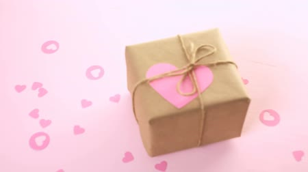 sustentável : Gift box wrapped in recycled paper and decorated with pink heart.