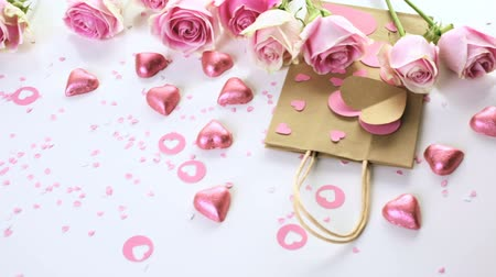 bolsa : Pink roses and hand crafted gift bag on a white background.