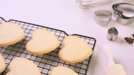 pino : Baking heart shaped sugar cookies for Valentines Day. Vídeos