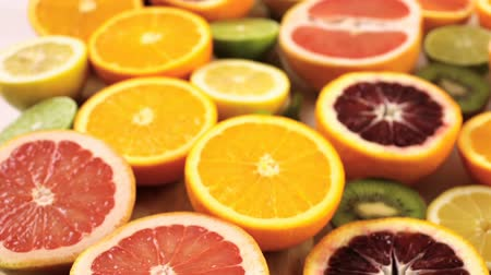 besinler : Variety of citrus fruit including lemons, lines, grapefruits and oranges.