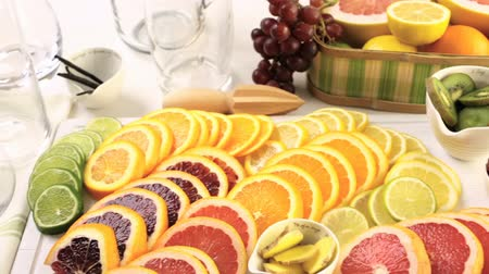 variedade : Variety of citrus fruit including lemons, lines, grapefruits and oranges.