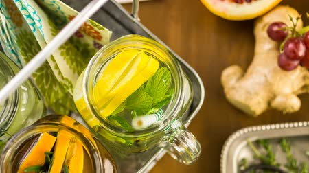 infusão : Detox citrus infused water as a refreshing summer drink.