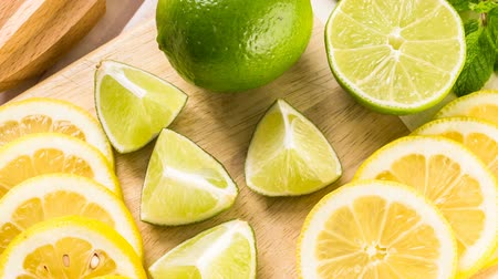 variedade : Variety of citrus fruit including lemons and limes.