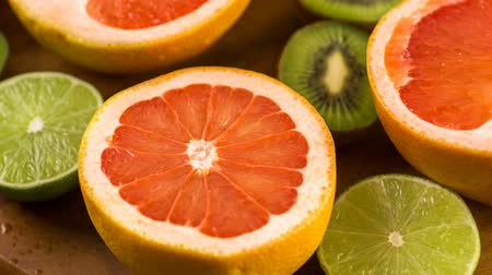 czerwone tło : Variety of citrus fruit including lemons, lines, grapefruits and oranges.