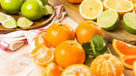 limão : Variety of citrus fruit including lemons, lines, grapefruits and oranges.