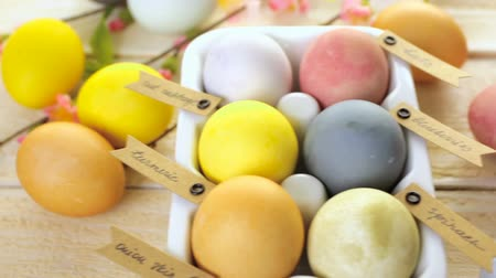 разница : Easter eggs painted with natural egg dye from fruits and vegetables. Стоковые видеозаписи