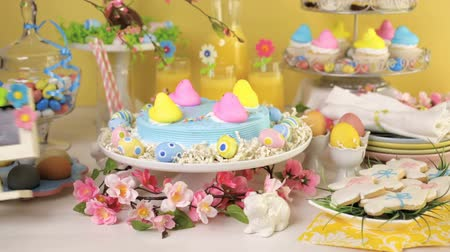 nyuszi : Dessert table with Easter cake decorated with traditional Easter marshmallow chicks.