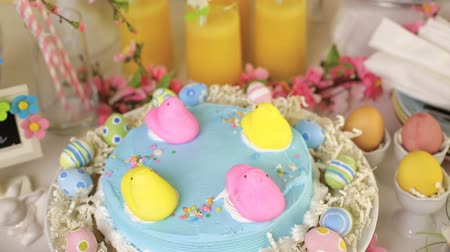 potravina : Dessert table with Easter cake decorated with traditional Easter marshmallow chicks.