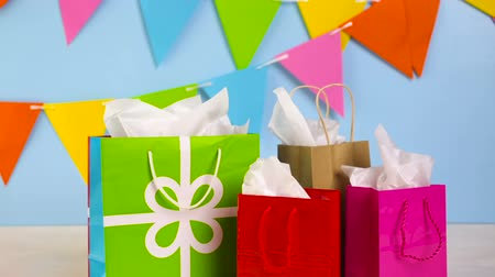 besinler : Gift bags at the kids Birthday party on the table. Stok Video