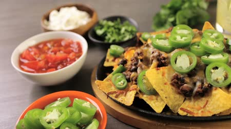 roliço : Classic nachos with ground beef and fresh jalapeno chili peppers. Stock Footage