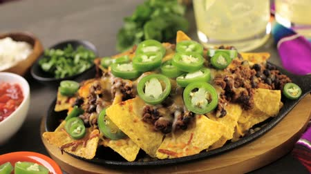 pimentas : Classic nachos with ground beef and fresh jalapeno chili peppers. Stock Footage