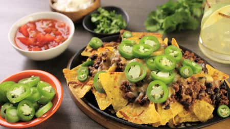 queijo cremoso : Classic nachos with ground beef and fresh jalapeno chili peppers. Vídeos