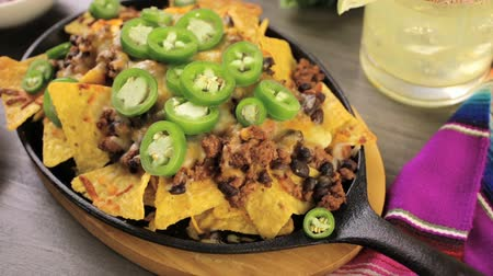 alkol : Classic nachos with ground beef and fresh jalapeno chili peppers. Stok Video