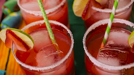 bebida : Strawberry and lime margaritas on the party table. Vídeos