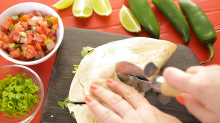 vágás : Sliced ??quesadilla filled with cheese, chicken and pico de gallo.