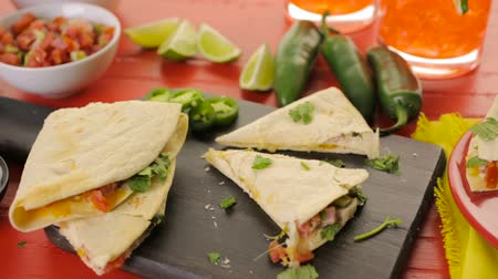 deski : Sliced ??quesadilla filled with cheese, chicken and pico de gallo.
