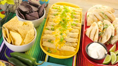 mexicaans : Party tafel met tamales, aardbei margarita's en pan dulche brood. Stockvideo