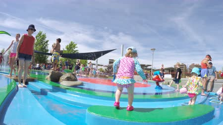 plac zabaw : Denver, Colorado, USA-June 3, 2016. Splash park playground in urban area in the Summer.