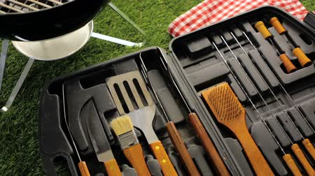 widelec : Stainless steel barbecue cooking set with wood handles.