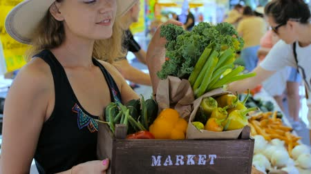bitkisel : Young woman shopping at the local Farmers market.