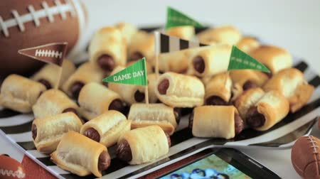 jídla : Mini Pigs In A Blanket for football game party. Dostupné videozáznamy