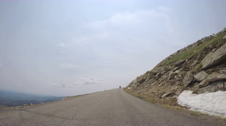 montanhas rochosas : Car driving on paved road above timber line on Mount Evans-POV point of view.