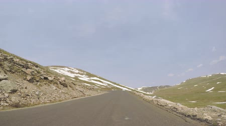 samochody : Car driving on paved road above timber line on Mount Evans-POV point of view.