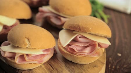 sanduíche : Ham and cheese sliders on homemade dinner rolls. Stock Footage