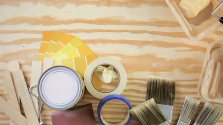 gąbka : Paint in metal paint can and painters tools on a wood board. Wideo