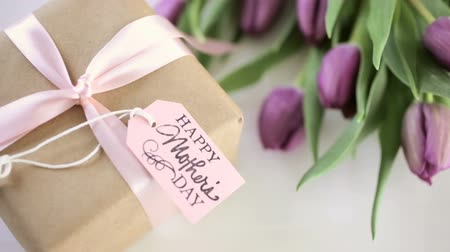 perene : Small gift and purple tulips for Mothers Day. Stock Footage