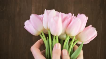 perene : Bouquet of pink tulips on a wood background.