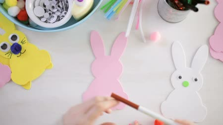 coelho : Step by step. Mother and daughter decorating Easter Bunnies.