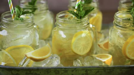 tubérculo : Beverage tray with with iced tea with citrus. Stock Footage