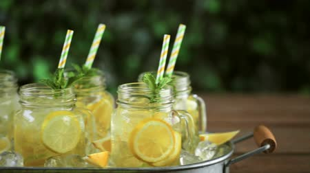 bebida : Beverage tray with with iced tea with citrus. Vídeos