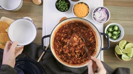 специи : Step by step. Cooking homemade turkey chili for dinner. Стоковые видеозаписи