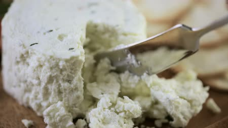 winogrona : Soft flavored creamy cheese with garlic and fine herbs on a wood board with crackers.