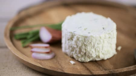 pişmiş : Soft flavored creamy cheese with shallot and chive. Stok Video