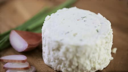 kırmızı şarap : Soft flavored creamy cheese with shallot and chive. Stok Video