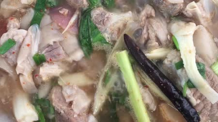 エシャロット : Boil spicy soup with pork ribs and herb in the hot pot of dinner.