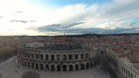 старомодный : Flying over the old Roman amphitheatre in the city of Nimes, France.
