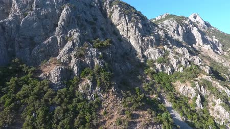 felemelkedés : Mountain slope. Aerial footage from the drone.