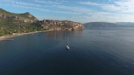 ancorado : The yacht is anchored in a picturesque bay. Footage from the drone.