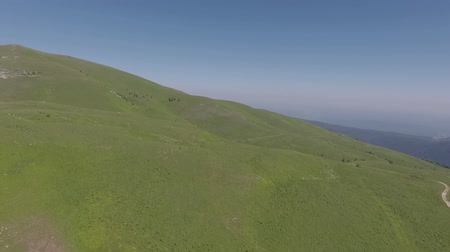 orta hava : Flight over pasture in the highlands. Stok Video