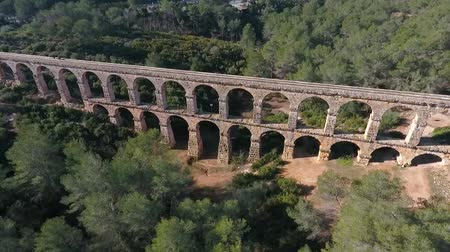romanesk : Aerial view of the Roman aqueduct. Tarragona, Spain. Stok Video